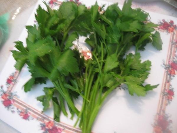 Моем зелень: петрушку и сельдерей, а также нарезаем еще луковицу