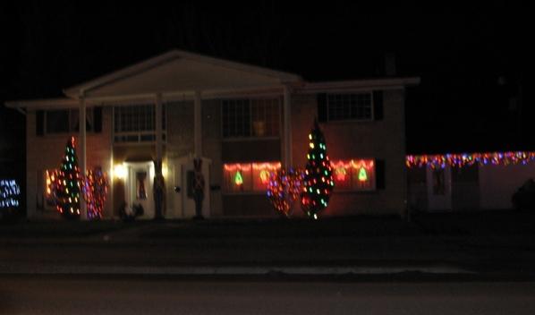 Ну что, начну показ уличных украшений домов к Рождеству