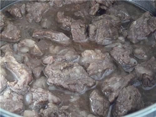 Мы дома делали гуляш всегда так: Гуляш из говядины Всё примерно, я не взвешивала, на глаз: 1 кг мяс...