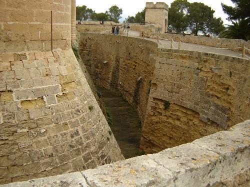 Ещё одна особенность замка - это местоположение Башни Почёта - 3