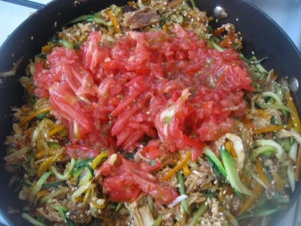 Помещаем в сковороду помидоры, немного все тушим и получаем вот такие замечательные овощи м с мясом