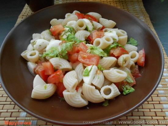 теплый салат с пастой и моцареллой