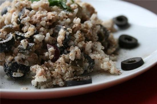 салат из рыбы с рисом банка рыбной консервы в собственном соку 100 г маслин 150 г отварного риса 15...