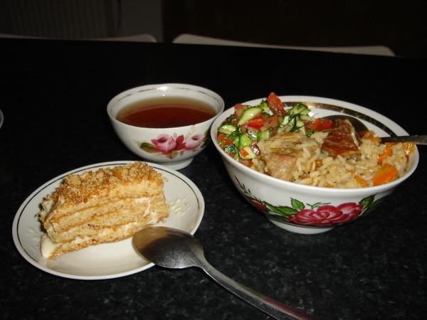 """А этот ужин можно назвать """"Ностальгия"""" Именно такой плов с салатиком, чай в пиале и медовый тортик"""