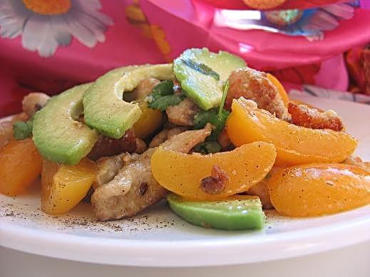 салат из маринованной курицы на 6 порций 400-500 г филе куриного мяса,1 авокадо,400 г консервирован...