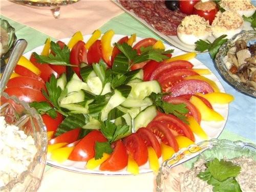свежие помидорчики, перчик и огуречик а дальше маринованные грибочки и соленья
