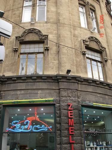 Думаю, для тех, кто помнит Тбилиси, будет интересно посмотреть на бывший гастроном в доме Мелик Каз...