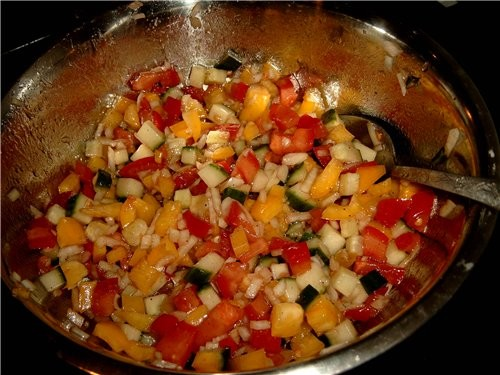 Летний паприка-салат 1 большую жёлтую паприку 2 помидора кусок огурца 1 луковичку соль, перец, щеп
