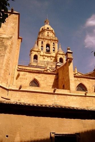 Кафедральный собор Эти цепи сделаны из цельного камня и скреплены между собой без единой крупицы це... - 3