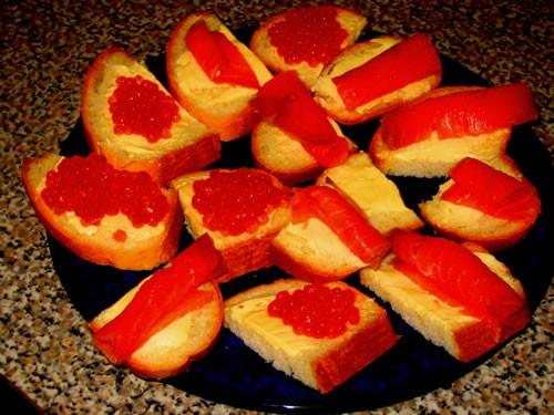 Рыба в томате с белым вином помидорки с сыром и чесночком и бутербродики с икрой и форелью - 3