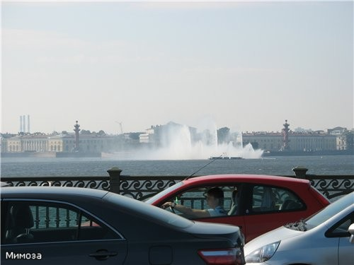 А это вид с Троицкого моста нв стрелку Васильевского острова и работающий плавающий фонтан на Неве