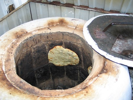 Прямо на рынке в тандыре пекут самсу и лепешки