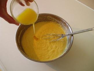 Вмешиваем смесь из кукурузной муки из маленькой чашки и жир (или масло)