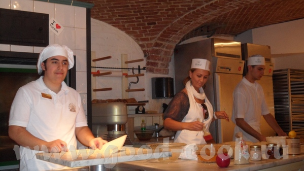 Парень-пекарь был очень весёлым, рассказывал как делать коротко и ясно на немецком и сразу на англи... - 9