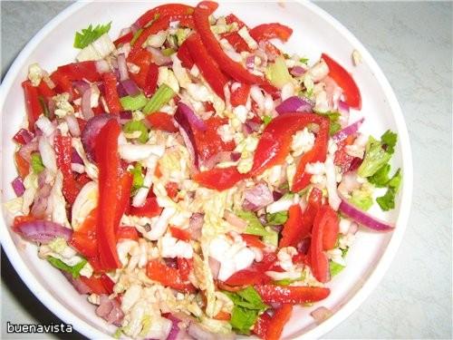 Салат со сладким перцем 2 сладких перца 1/2 кочана кuтайской капусты 1 красная луковица 1 лимон 1 ч