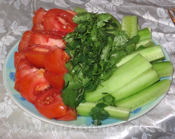 """салат """"Гурман"""" копченная рыба и просто нарезанные помидоры и огурцы - 3"""
