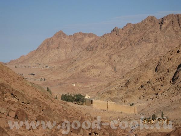 Так живут местные бедуины, это дом бедуина А вон там внизу Монастырь Святой Екатерины, к которому м... - 9