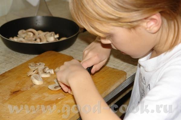 Салат с грибами и кальмарами Готовила младшая дочка