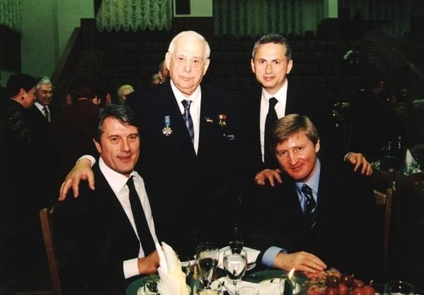 Слева на право: Ющенко, Звягильский, Колесников, Ахметов Фотография сделана на дне рождении Звягтль...