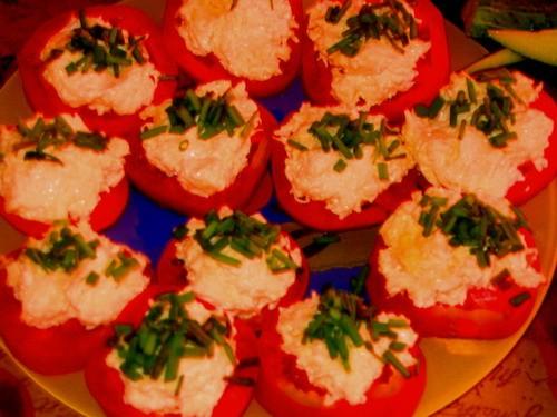 Девочки у нас сегодня на ужин: помидорки с сырно-чесночной начинкой суп-харчо Кальмары в сливочном...
