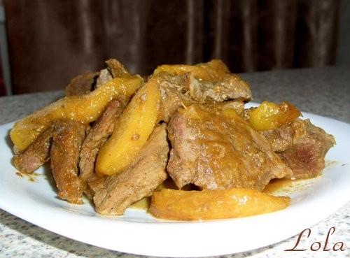 У нас сегодня Мясо с персиками и карри - мясо - соль, карри - персики Нарезаем мясо небольшими меда...
