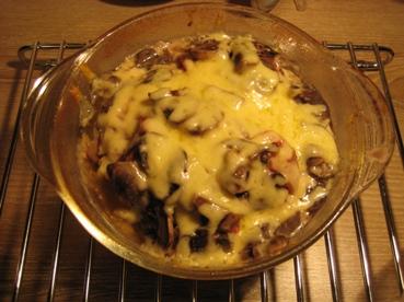 Слоёное мясо Нам потребуется филе курицы, говядина, сыр, помидоры, яйцо, лук и горчица Форму чуть с... - 8