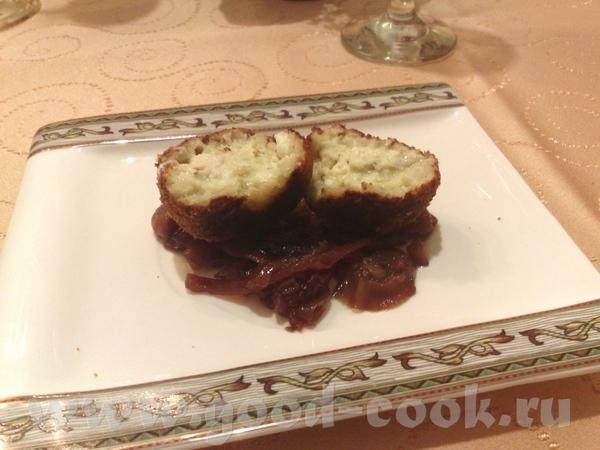 Жареное фуа-гра с соусом из винограда Пончики из сыра дор блю с луковым конфитюром - 3