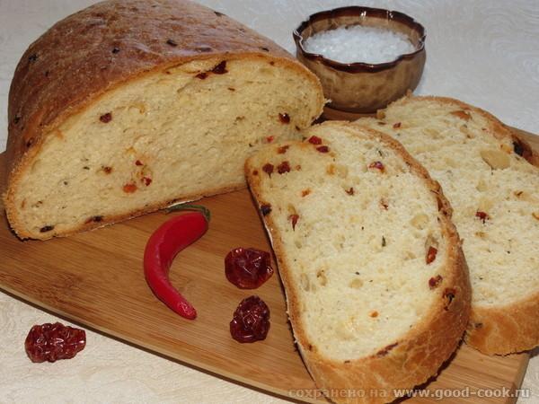 Хлеб с чили, жаренным луком и сушеными томатами