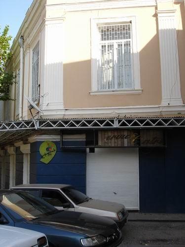 А это несколько зданий: на балконе этого дома стояла женщина и курила сигарету - 2