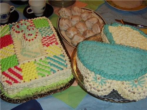 Сладкий стол украшали 2 тортика и пряники Была задумка сделать одеялко с пинетками, но получилось т...
