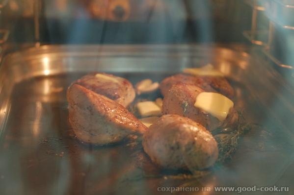 Грибной соус Обжарили стейки и собираемся убрать их в духовку со сливочным маслом, тимьяном и чесно... - 3