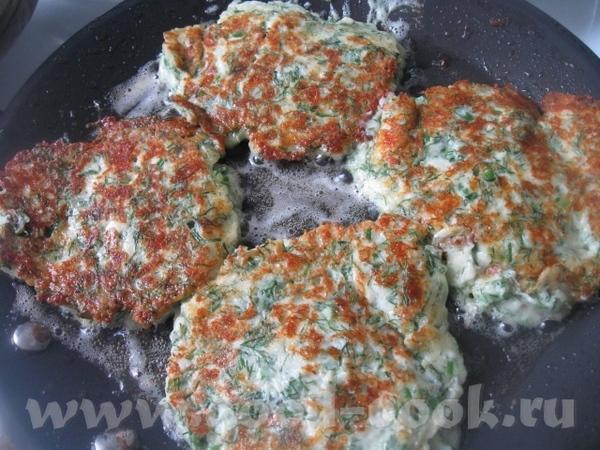 Сырную массу выкладываем на разогретую сковороду с растительным маслом – примерно 1 ст - 2