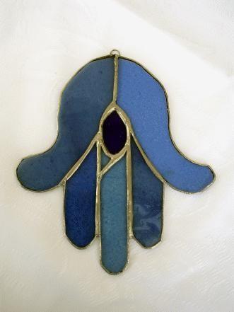 У арабов от сглаза есть такой знак - пятерня, выглядит, как рука, пять пальцев сложеные вместе