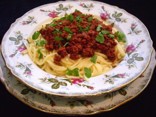 """Спагетти с кисло-сладким томатным соусом источник : """"Приятного аппетита"""" 250 г спагетти 2 луковицы..."""