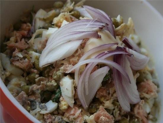 два непритязательных салата с рыбной консервой-делаю из-за того что быстро,просто и пока у меня едя...