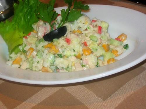 """Салат """"Камчатка"""" Рис отварной, кукуруза, свежий огурец, крабовые палочки, соль, зелень, майонез"""