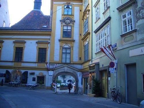 Когда-то я прочитала, что в Вене есть улица SCHONLATERNGASSE (улица Прекрасного фонаря) На ней снял... - 3