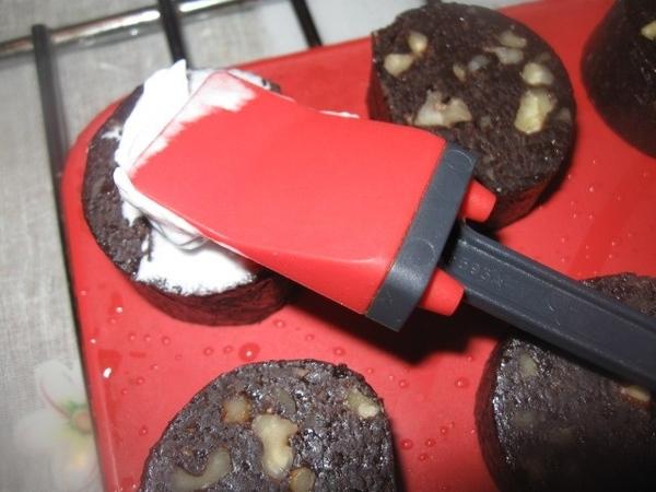 Сверху, при помощи лопатки от «кулинарной парочки» (или просто ложечкой), выкладываем взбитый с сах...