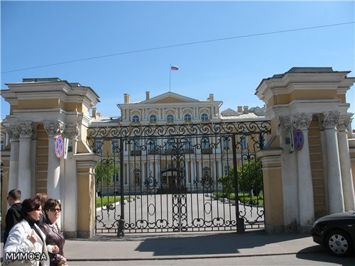 На Садовой улице находится Воронцовский дворец, сейчас более известный как Суворовское военное учил...