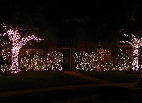 Мне очень нравится, как украсили эти соседи - простая элегантность: