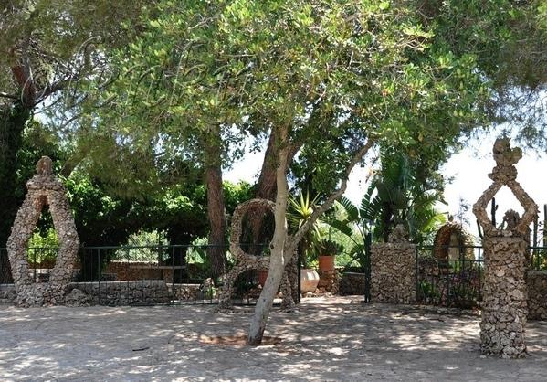 Во дворе церкви находится восхитительный сад , где можно любоваться различными икебанами из камней,...