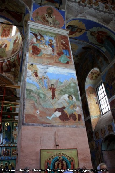 Обратите внимание на голубой цвет на фресках