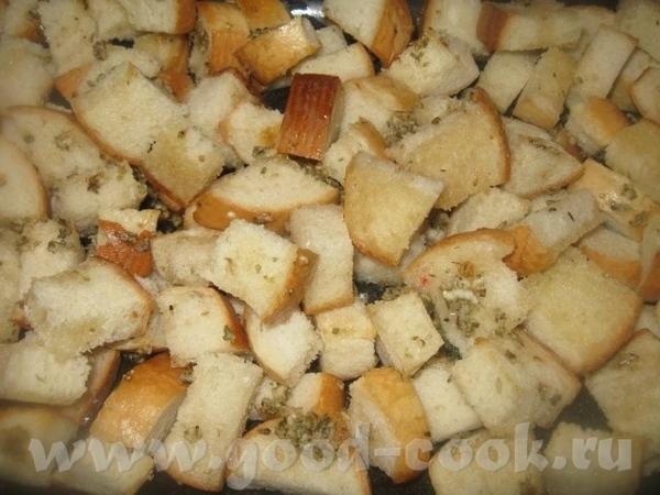 Полученной смесью поливаем кусочки хлеба на противне и перемешиваем - 2