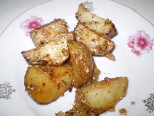 Картошка по-моему 0,5 кг мелкого картошки 0,5 пачки майонез растительное масло соль, перец(у меня е...