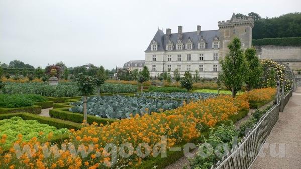 И виды со стороны сада: Это из музыкального сада: Овощной сад на самом деле был из зеленого и красн... - 5