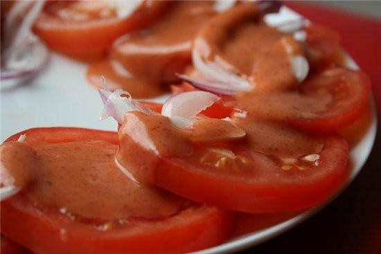 Салат из помидор STEAKHOUSE TOMATO SALAD Источик: marthastewart