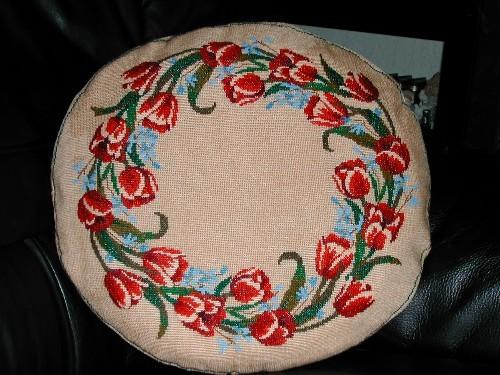 девчёнки, уже пару лет назад вышивала для своей мамы круглую подушку