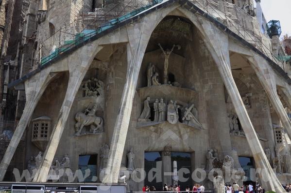 Следующая остановка была у собора Саграда де Фамилия, который строится уже более 50 лет, и тоже по... - 5