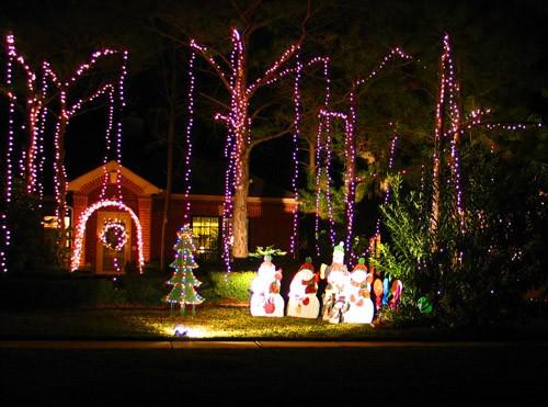 А к этим соседям по лесенке уже лезет Санта с помощниками : Вот в такой рождественской сказке, созд...