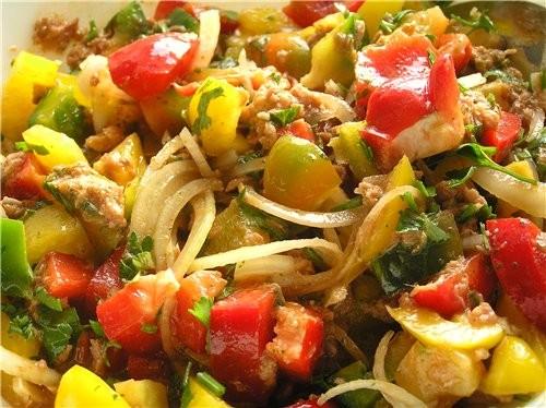 Салат из разноцветного перца с тунцом